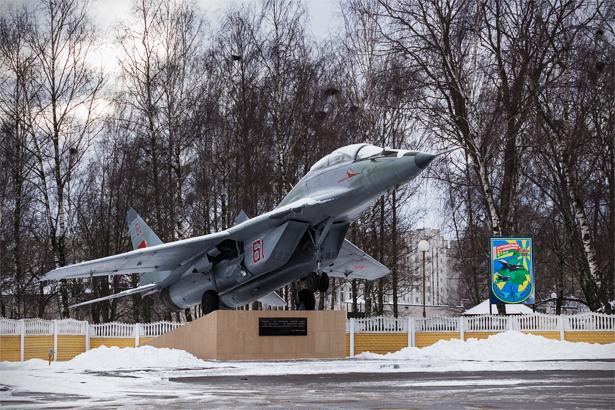 У контрольно-пропускного пункта 61-й истребительной авиационной базы на улице Войкова на постаменте установлен учебно-боевой истребитель МиГ-29УБ. Фото: Юрий ПИВОВАРЧИК
