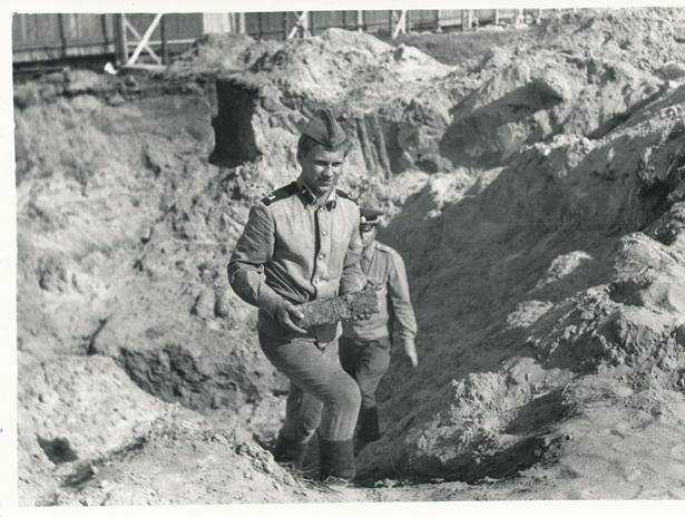 Рядовой А. Мизуло со снарядом, позади майор Аладьев, 28 мая 1979 г. Фото: из фондов Барановичского краеведческого музея