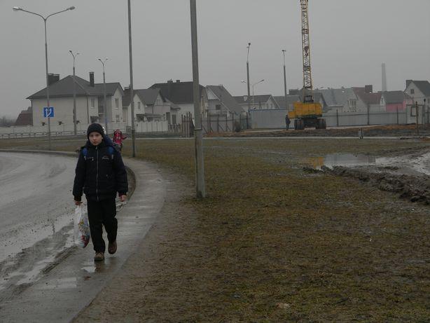 Дети идут в школу в обход тротуаров. Фото: Татьяна НЕКРАШЕВИЧ.