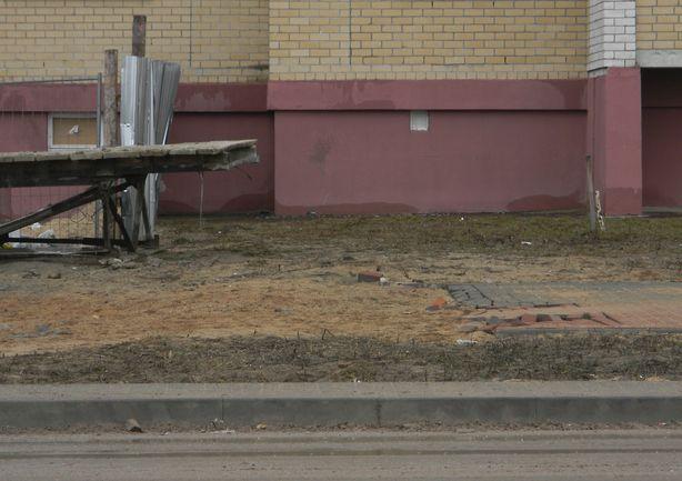 Разрушенная тротуарная плитка. Фото: Татьяна НЕКРАШЕВИЧ.