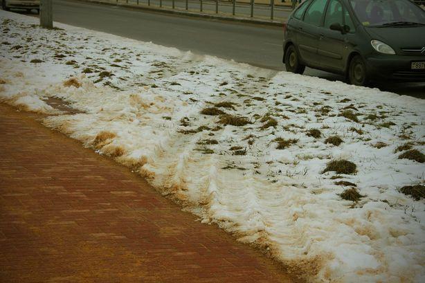 Транспорт ездит к месту строительства дома прямо по тротуарной плитке, 13 февраля. Фото прислано читателем.