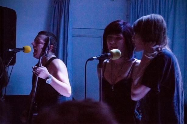 Музыканты группы Punkrot пригласили спеть двух девушек из зала