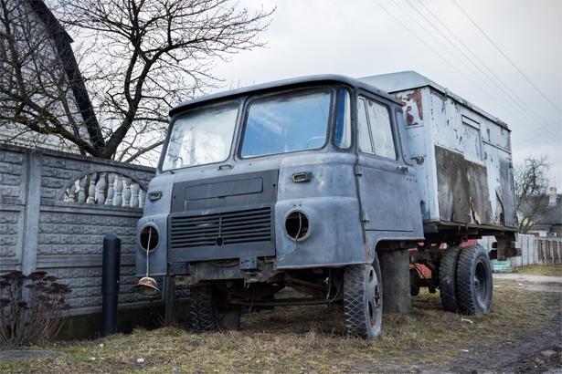 Рожденный в ГДР Robur доживает свой век под забором частного сектора. Фото: Юрий ПИВОВАРЧИК