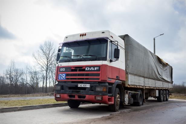 Если постараться, можно найти даже ржавеющий магистральный тягач с разрушенным полуприцепом. Фото: Юрий ПИВОВАРЧИК