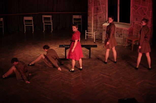 Театральную постановку украсили хореографические сцены. Фото: Юрий ПИВОВАРЧИК.