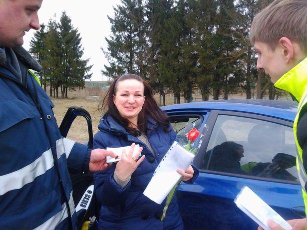 Сотрудники ГАИ Барановичского района и Автосообщество г. Барановичи поздравили женщин-водителей с 8 Марта.