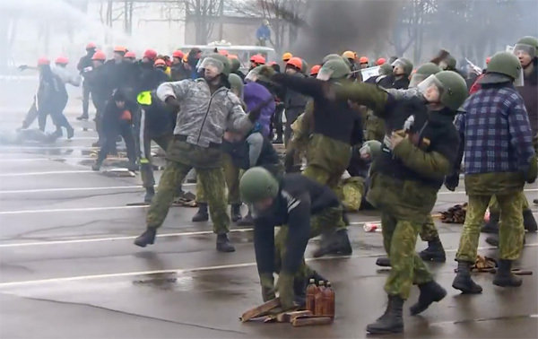 Паказальная трэніроўка разгону футбольных фанатаў у брыгадзе спецпрызначэння МУС падчас прыезду Аляксандра Лукашэнкі