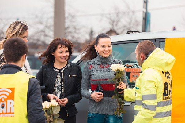Канал Рация Барановичи поздравлял автомобилисток с праздником и дарил им подарки. Фото: Канал Рация Барановичи