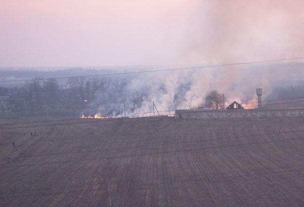 Выжигание сухой травы 10 марта рядом с проспектом Советским. Фото: Илья Щерба, группа ВКонтакте Подслушано Барановичи