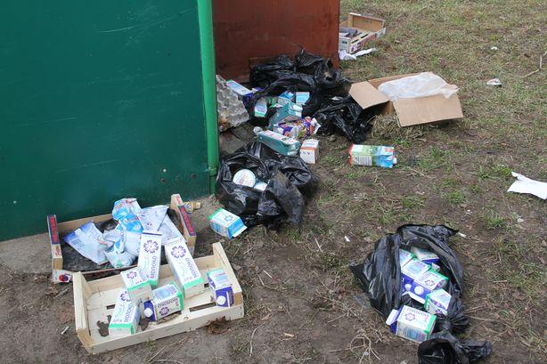 Продукты питания возле мусорки. Фото: Александр ТРИПУТЬКО