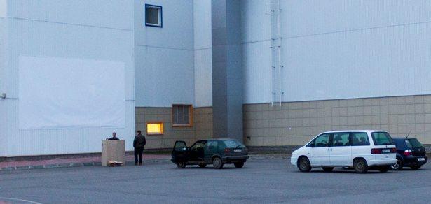 На стене Ледового дворца висит экран, на который проецируется изображение фильма. Фото: Юрий ПИВОВАРЧИК