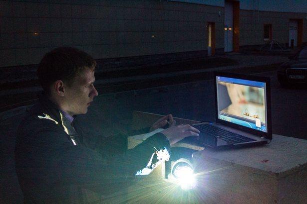 Владелец автокинотеатра Игорь Шкуть тестирует оборудование. Фото: Юрий ПИВОВАРЧИК