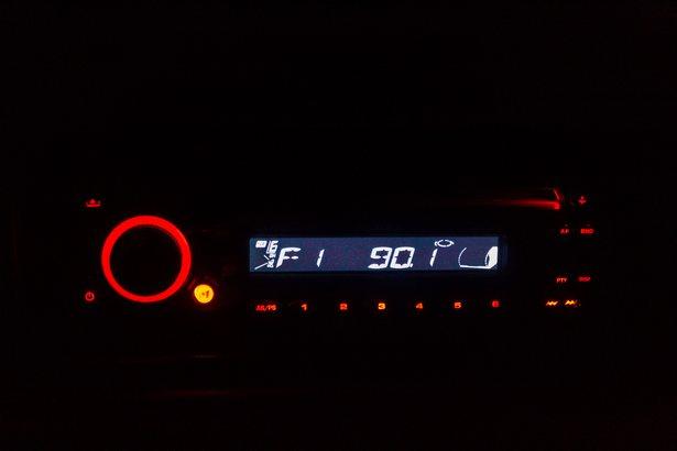 Чтобы услышать, о чем говорят в фильме, автовладельцу нужно настроиться на предложенную радиоволну. Фото: Юрий ПИВОВАРЧИК