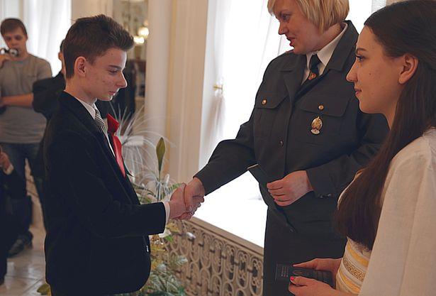 Паспорта школьникам вручала Инесса Гетман, начальник отделения по гражданству и миграции Барановичского ГОВД