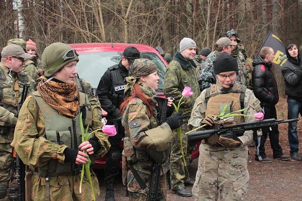 На построении перед игрой парни поздравили девушек с 8 Марта и подарили им тюльпаны. Фото: Юрий ПИВОВАРЧИК
