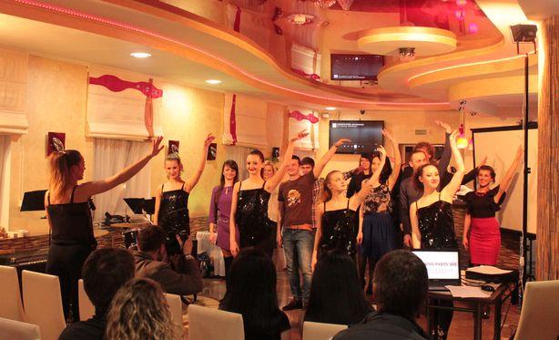 Участники свадебной вечеринки разучивают танцевальный флешмоб. Фото: Юрий ПИВОВАРЧИК.