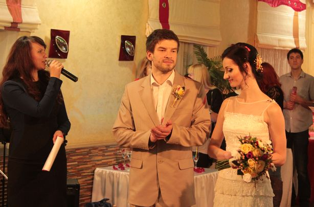 Будущие молодожены Вероника и Виктор в свадебных образах, созданных специалистами. Фото: Юрий ПИВОВАРЧИК.