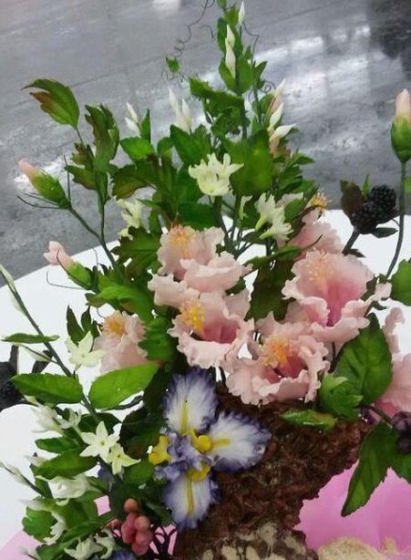 Цветы – ирисы, гибискус, плющ и китайский жасмин. Фото из архива Ольги Рыбалтовской.