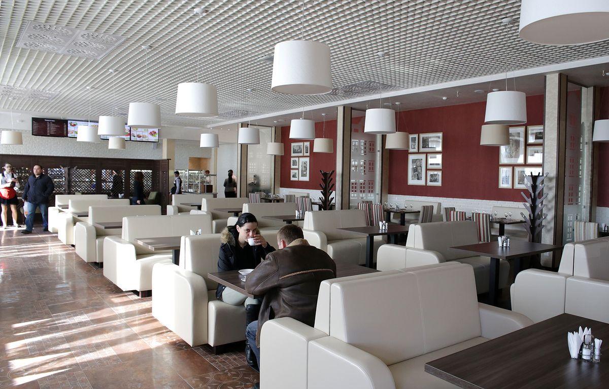 Кафе Амстердам, которое расположилось на территории торгового центра, рассчитано на 120 мест.