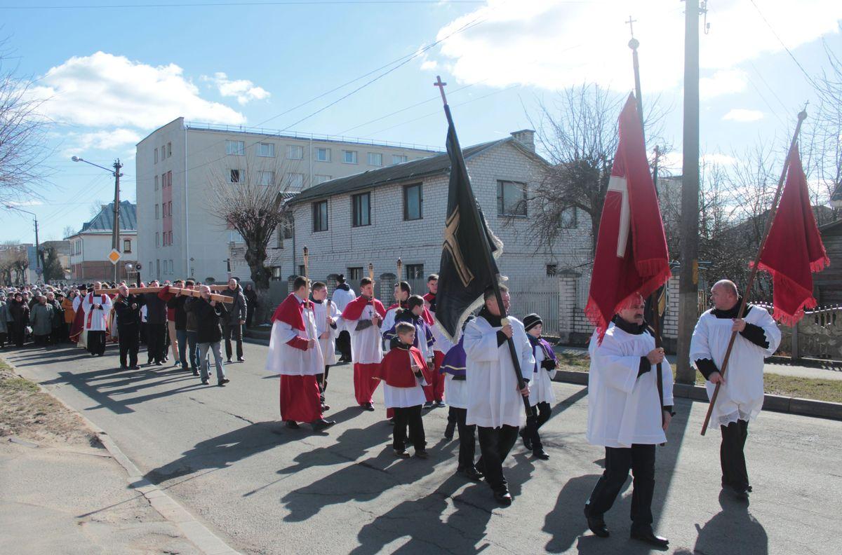 Сотні вернікаў прынялі ўдзел у Крыжовым шляху 22 сакавіка ў Баранавічах. Фота: Юрый ПІВАВАРЧЫК