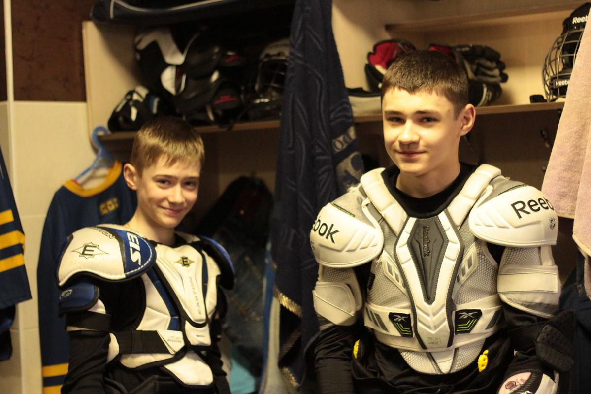 В раздевалке перд игрой. Даник (слева), Саша (справа).  Фото: Юрий ПИВОВАРЧИК