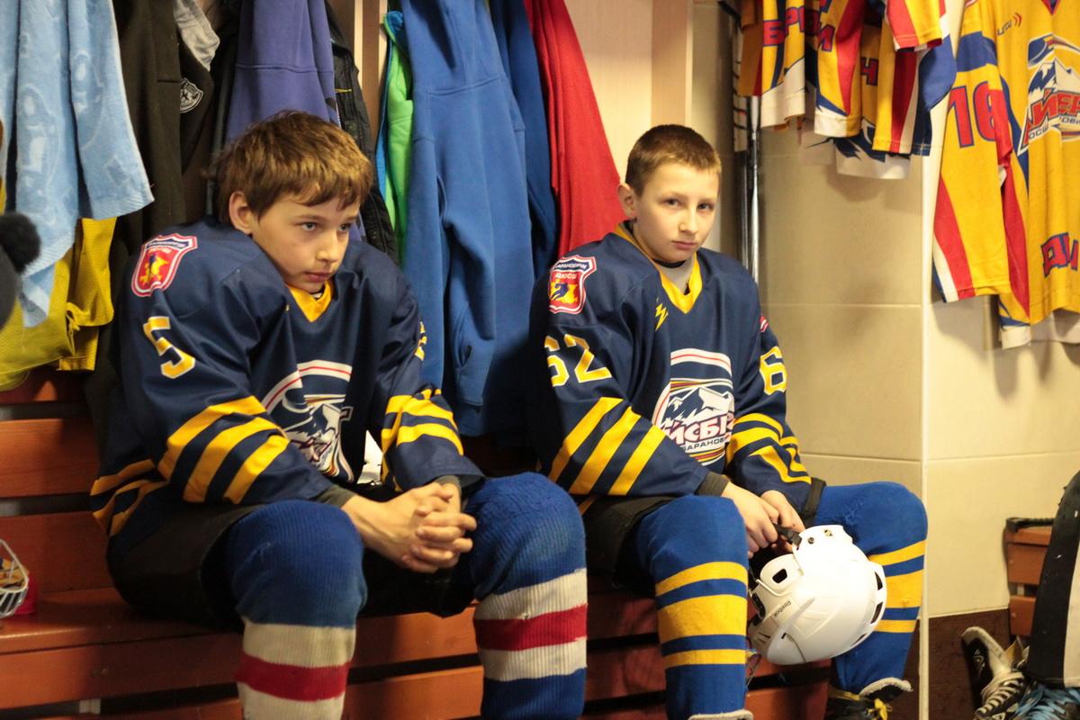 В раздевалке перед игрой. Вася (слева), Макс (справа).  Фото: Юрий ПИВОВАРЧИК