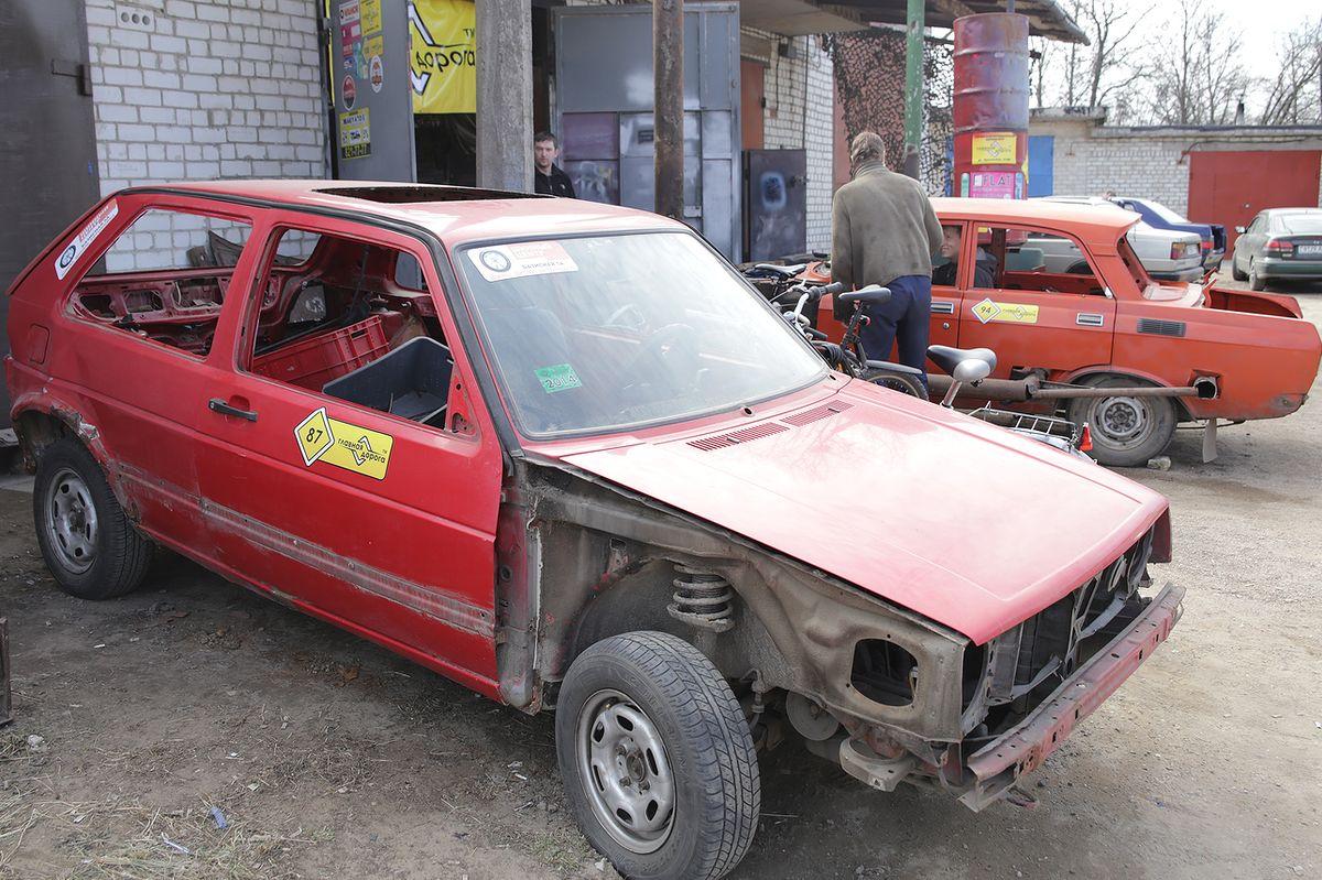 Участник автодерби - старый Фольксваген. Фото: Дмитрий МАКАРЕВИЧ.