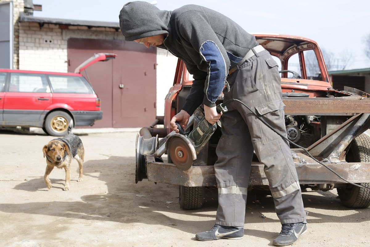 Подготовка машины к соревнованиям. Фото: Дмитрий МАКАРЕВИЧ.