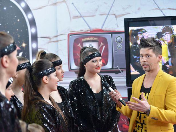 Ведущий шоу «Я могу!» певец Тео берет интервью у барановичских танцоров. Фото: БЕЛТЕЛЕРАДИОКОМПАНИЯ