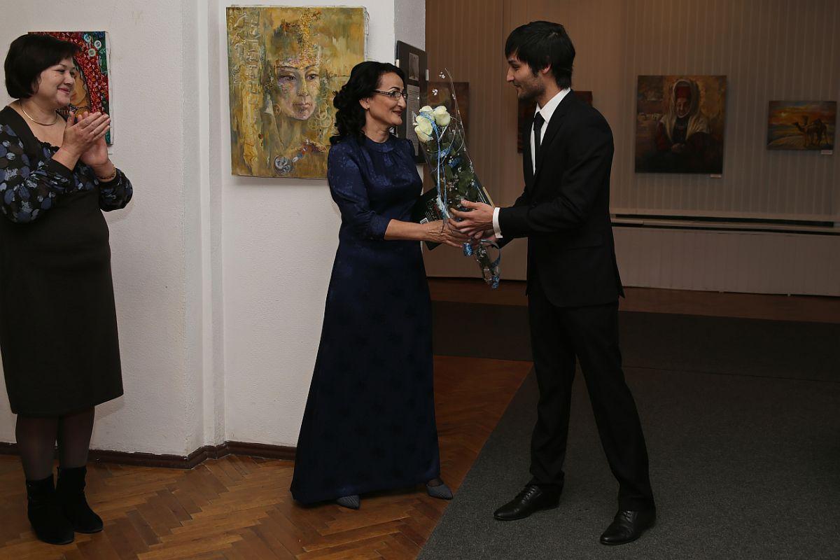 Сын  Огулсурай Акмурадовой поздравляет маму с открытием выставки