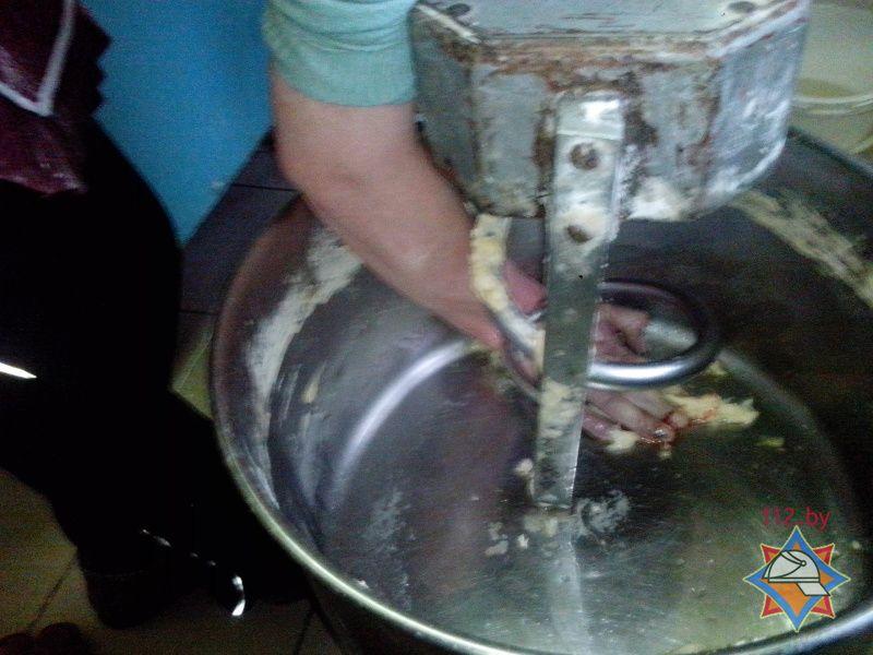 Спасателям пришлось отрезать болгаркой червяк тестомесильной машины