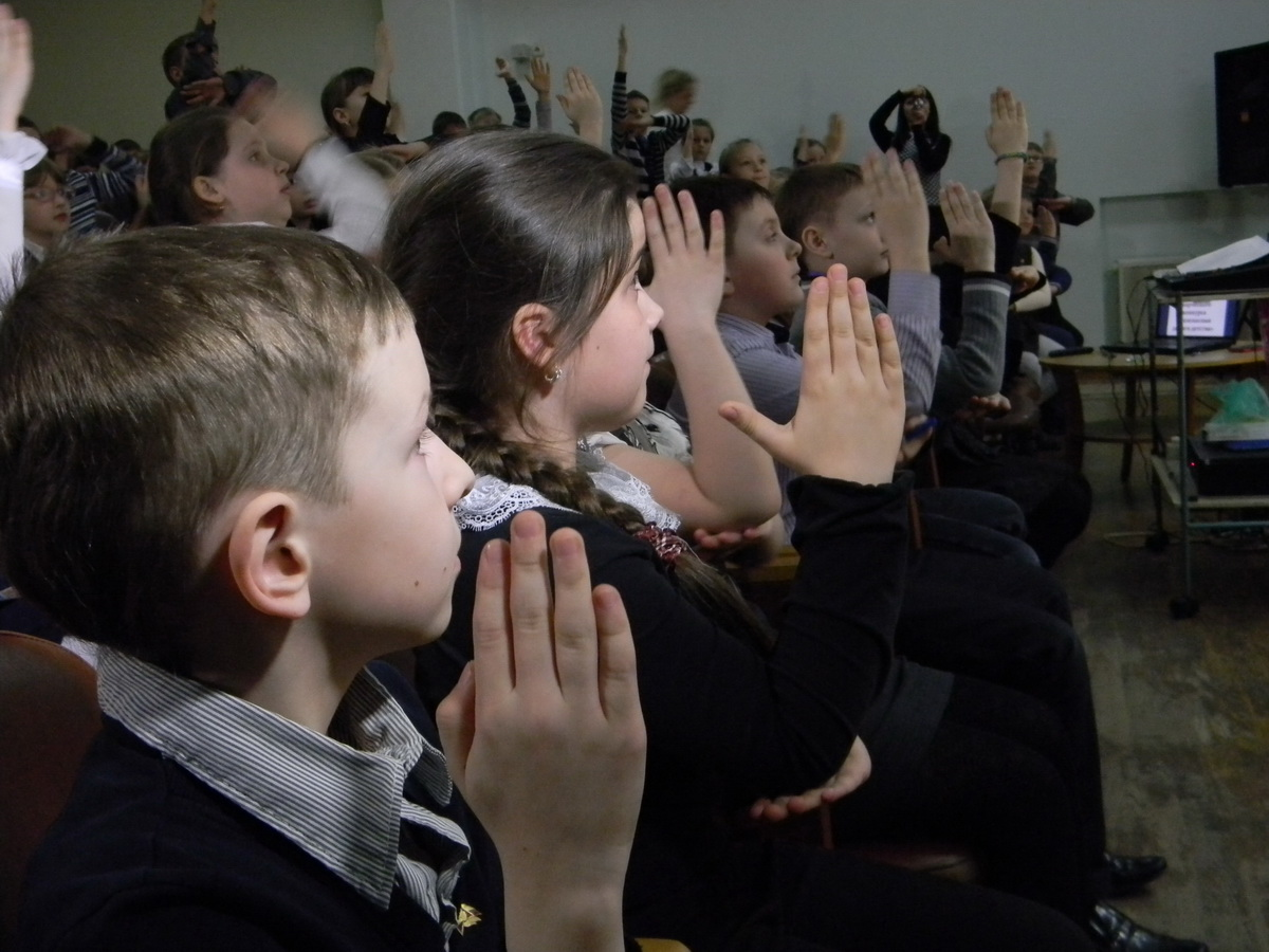 Школьники активно отвечали на вопросы викторины. Фото: Наталья СЕМЕНОВИЧ