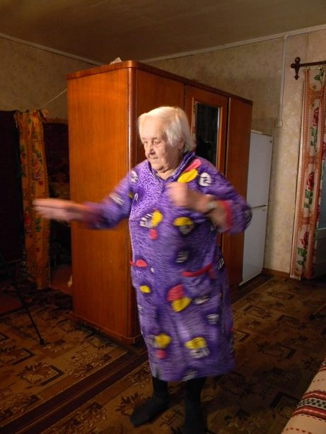 Любовь Троцкая демонстрирует упражнения. Фото: Татьяна НЕКРАШЕВИЧ.