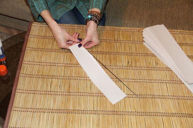 Светлана наматывает бумагу на спицу. Фото: Александр ТРИПУТЬКО.