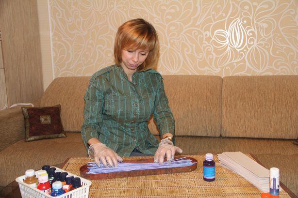 Покраска бумажной лозы. Фото: Александр ТРИПУТЬКО.