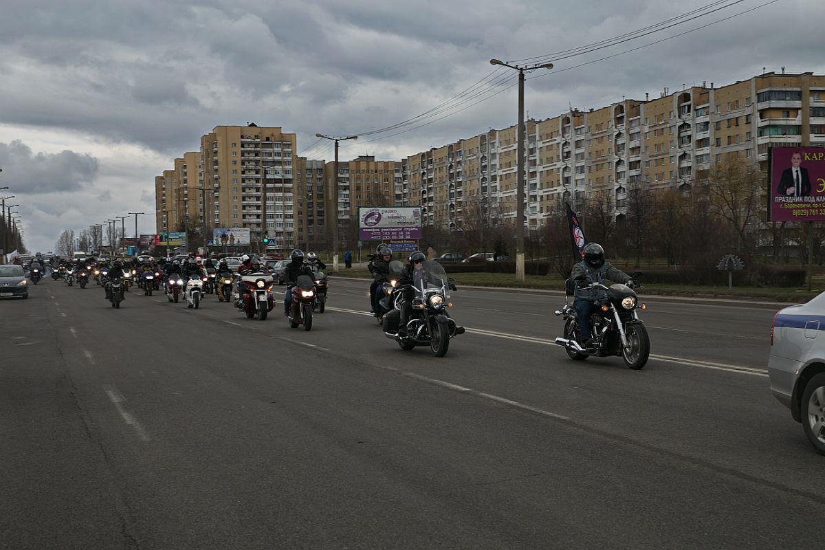 После развлекательной программы мотоциклисты выстроились в колонну и в сопровождении автомобилей ГАИ проехали по улицам города