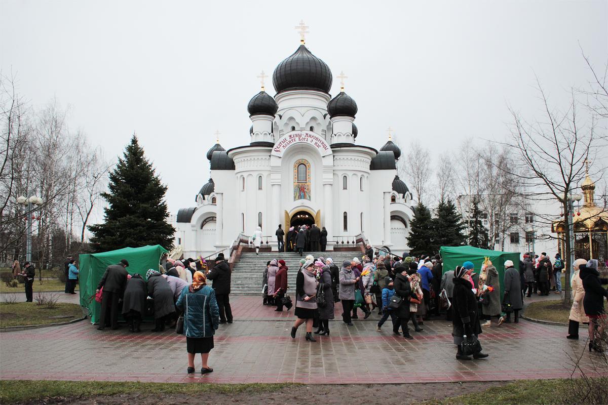 На Вербное воскресенье в храме Жен-Мироносиц было многолюдно. Фото: Юрий ПИВОВАРЧИК