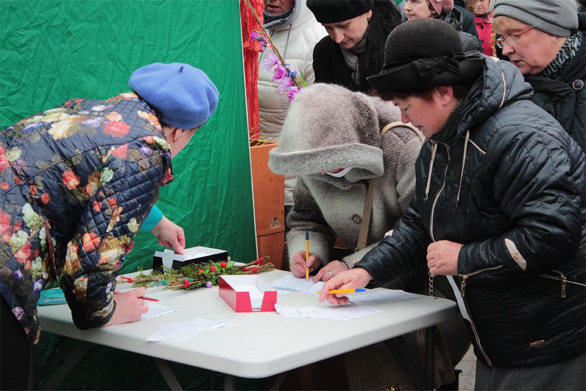 Перед храмом верующие могли купить свечи и написать поминальные записки. Фото: Юрий ПИВОВАРЧИК