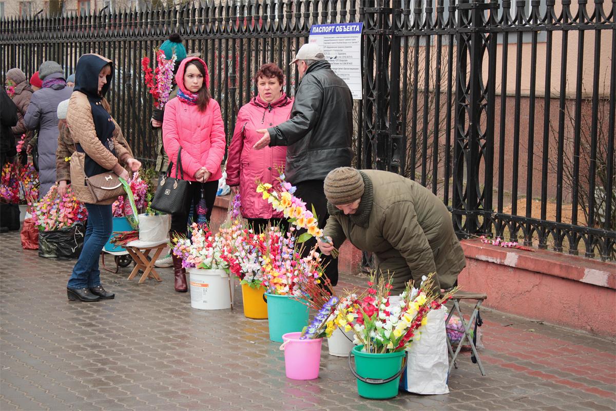 На улице горожане продавали украшенные цветами и лентами веточки вербы. Фото: Юрий ПИВОВАРЧИК