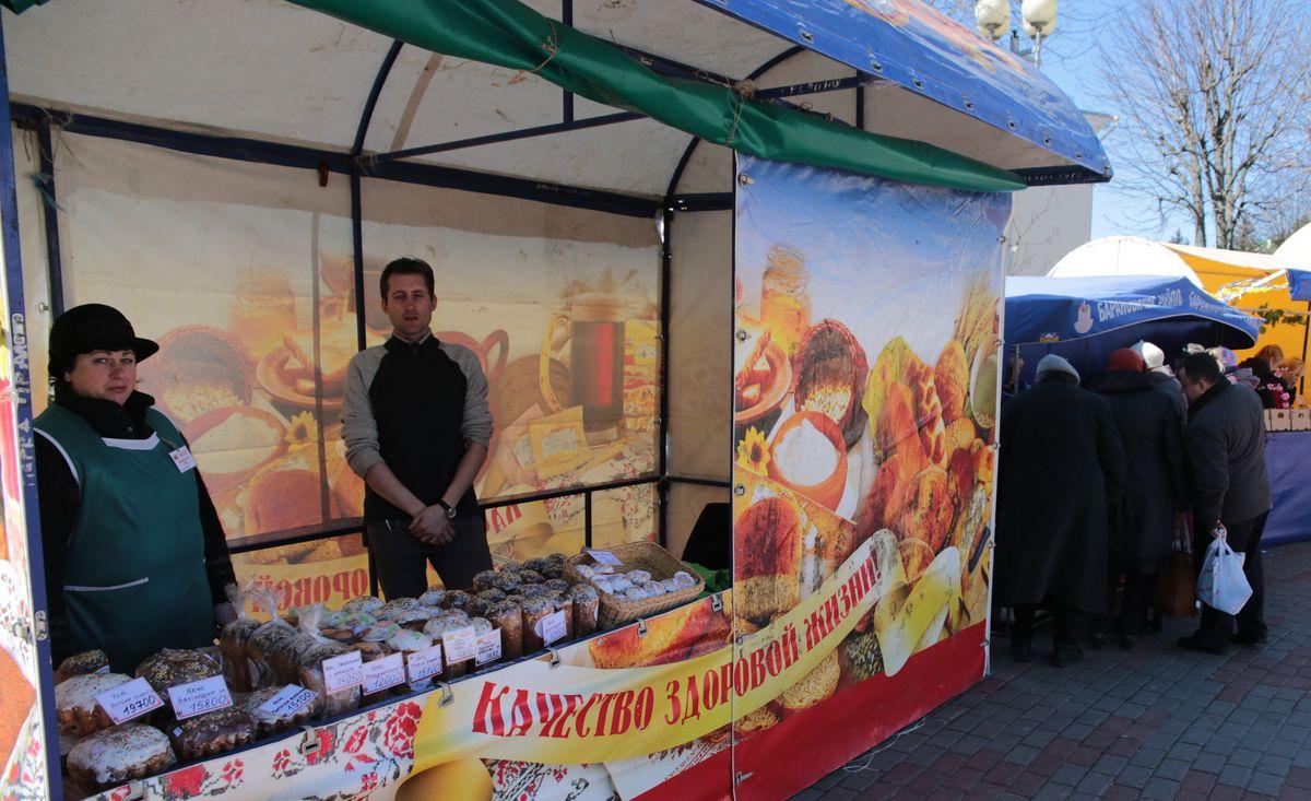 На ярмарке можно купить пасхальные куличи. Фото: Дмитрий МАКАРЕВИЧ