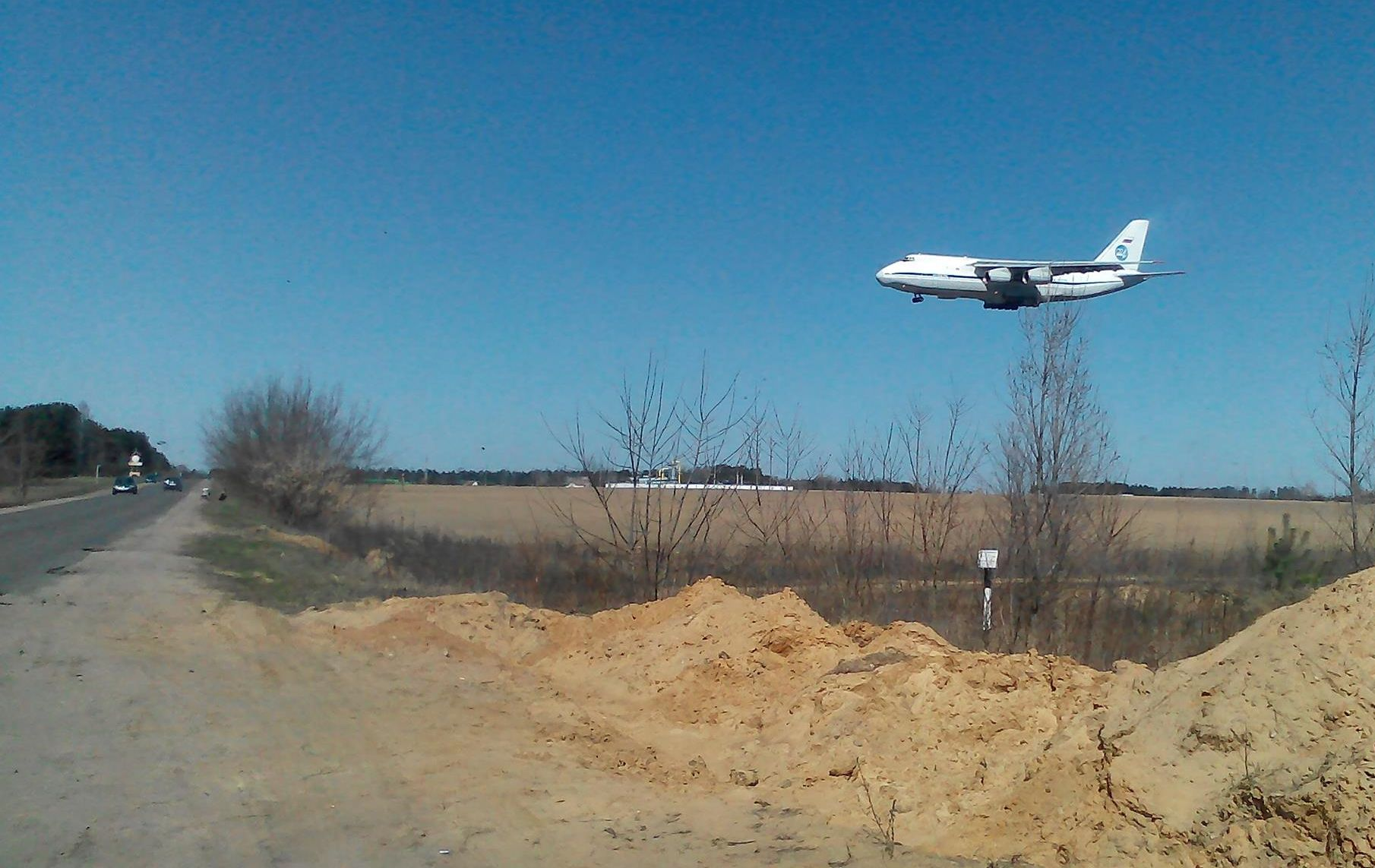 АН-124 Руслан над дарогай Русіно – Баранавічы.