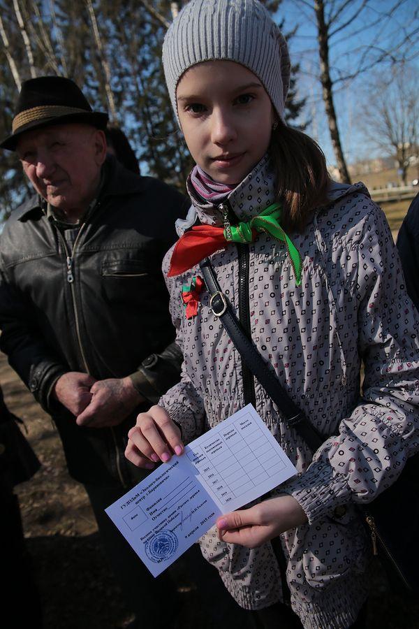 Участникам акции вручили свидетельства с указанием времени и места посадки деревьев