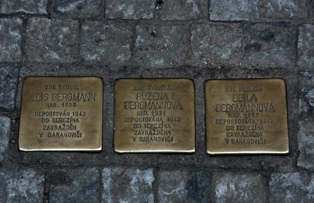 Тры таблічкі каля дома Алоіса Бергмана, яго жонкі Бейлы ды 11-гадовай дачкі Ружэны