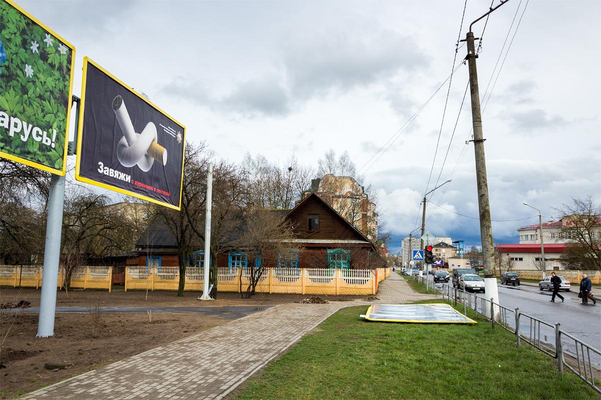 На ул. Брестской 13 апреля ветер сорвал билборд