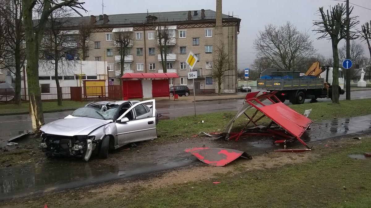 Автомобиль на ул. Брестской 14 апреля снес автобусную остановку. Фото: Руслан РЕВЯКО