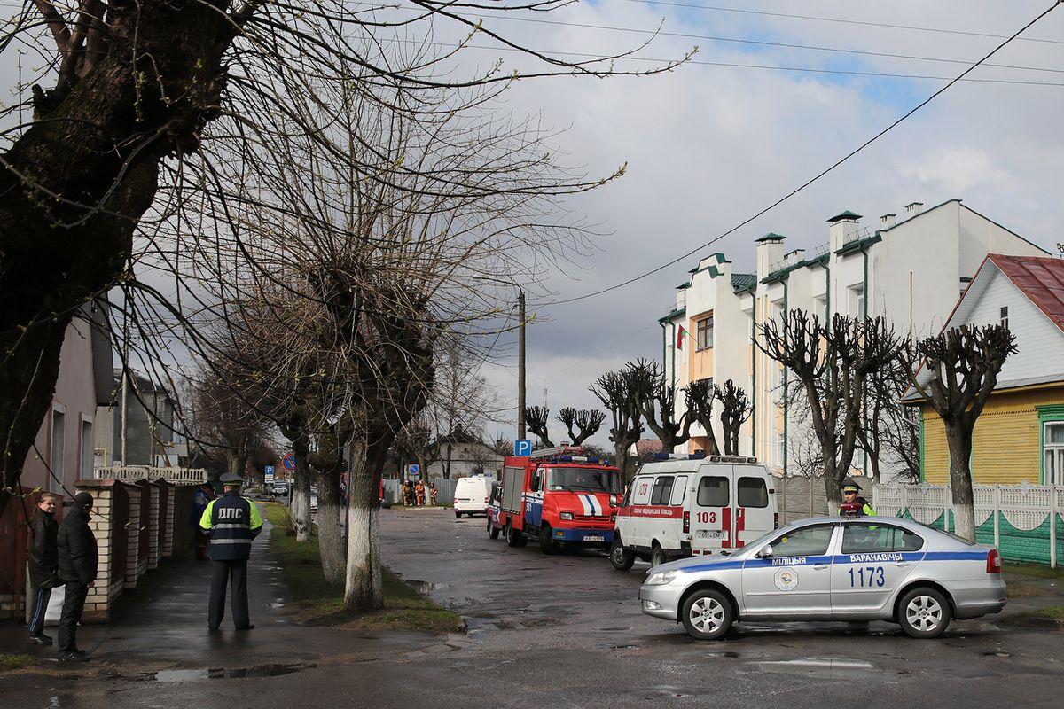 Автомобили ГАИ перекрыли проезд по улице Мицкевича на участке, где находится прокуратура.