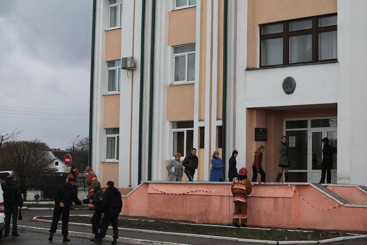 Люди возвращаются в здание прокуратуры после завершения учений