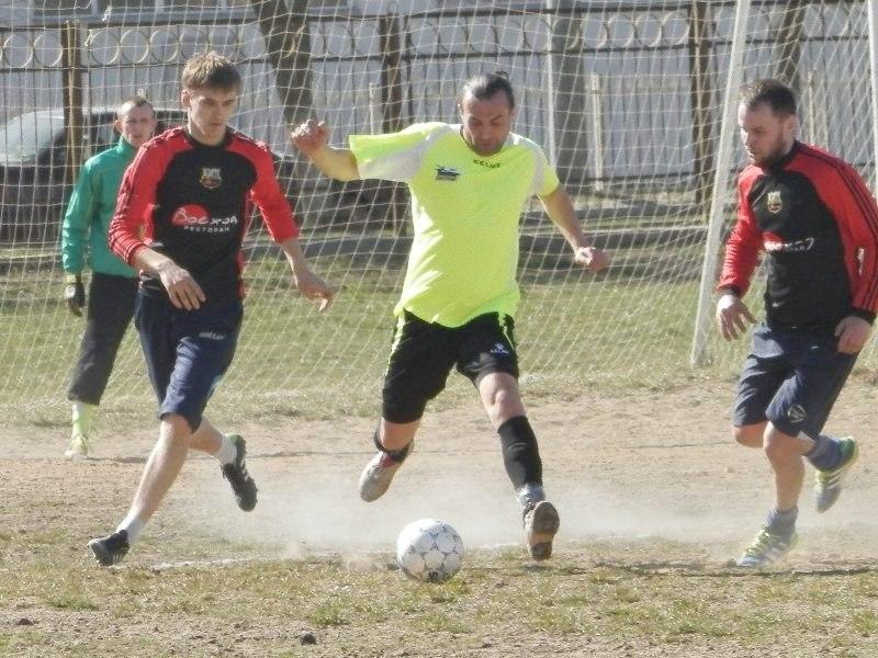 Андрей Мицевич (в центре) против двух защитников «Восхода». фото Сергея ЖИВУЛЫ