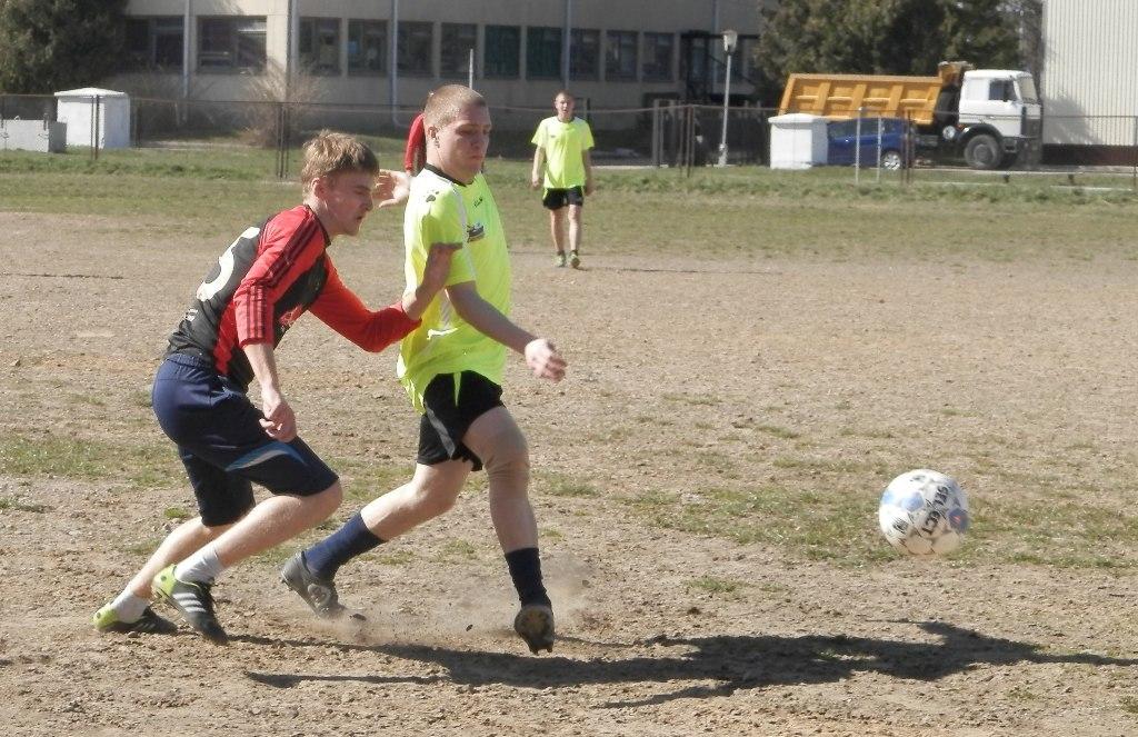 Дмитрий Чемерис (справа) первым успевает к мячу. фото Сергея ЖИВУЛЫ