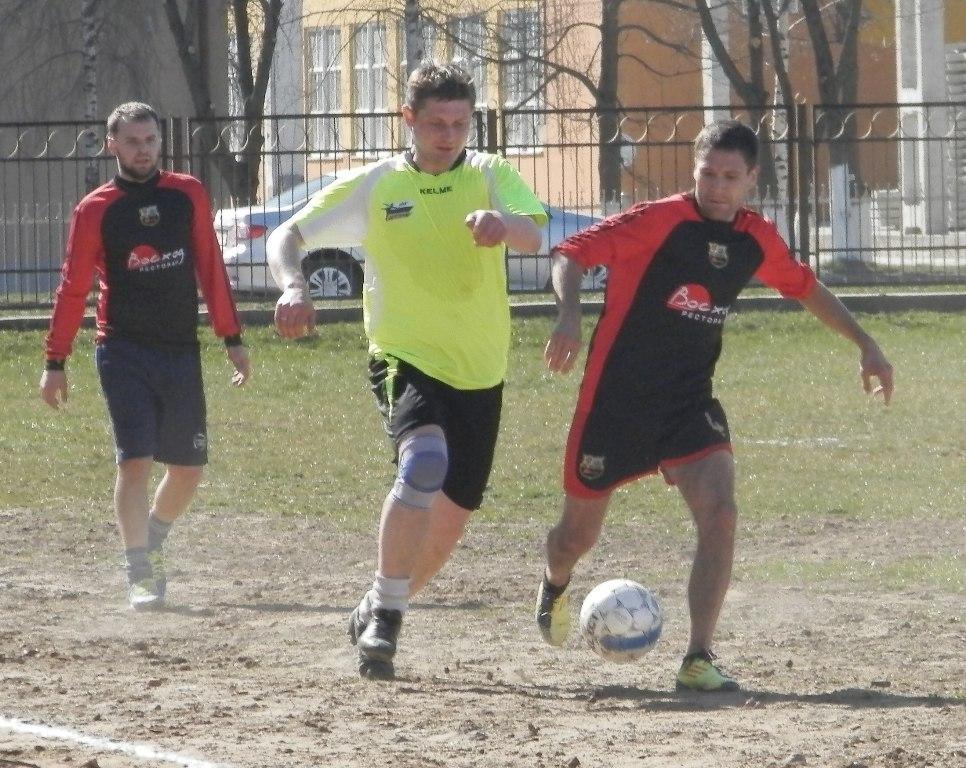 Александр Бирук (слева) борется против Игоря Шумского. фото Сергея ЖИВУЛЫ